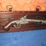 Frumoasa panoplie cu pistol retro din lemn si metal gravat