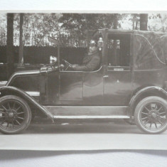 2 - AUTOMOBIL DE EPOCA - MODEL INCEPUT DE 1900 - SOFERUL CU ECHIPAMENT DE EPOCA