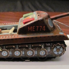 Jucarie de colectie - PVM - Tanc vechi de tabla actionat prin telecomanda fabricat in China