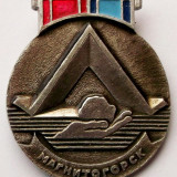 T1 INSIGNA RUSIA URSS MAGNITOGORSK PAMIATNIK PALATKA 1966 - 42 x 36 mm **, Europa