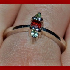 Inel argint - Raritate! superb inel stralucitor cu granat natural si 2 safire verde/lime model inel logodna argint 925 placat aur alb!