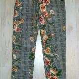 Pantaloni dama - Pantaloni fashion cu detalii inflorate / marimea S.