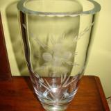 Vaza sticla - Impresionanta vaza din cristal gravata cu motive florale, anii 1950
