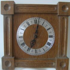 Ceas de perete, vechi, din lemn, pe baterie, stare buna, de colectie