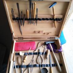 Cufar vechi cu unelte pentru tehnica dentara - obiecte de colectie
