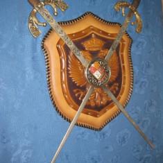 Panoplie Spain cu 2 sabii. Lama otel gravat colorat cu manere din bronz.
