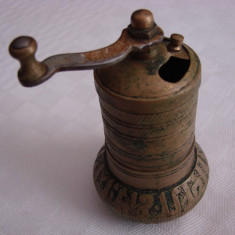 Frumoasa si veche rasnita pentru macinat piper - Metal/Fonta