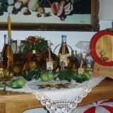 Sticla cu palinca de pere, cu para crescuta in ea, diferite forme si dimensiuni