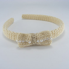 Coronita - Cordeluta crem cu fundita si bilute albe de dama crosetata manual Buticcochet