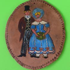 SUPERBA APLICA DIN CERAMICA MASIVA, LUCRATA MANUAL, MODEL UNICAT, 1981, SEMNATA - Arta Ceramica