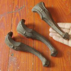 Metal/Fonta - Lot 3 bucati - Vechi picioare din fonta pentru cuptor / soba sau alte lucruri !