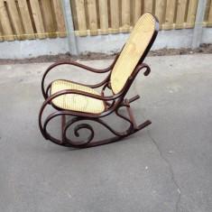 Scaun balansoar din lemn si ratan. stare foarte buna